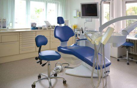 Modern eingerichtete Behandlungszimmer